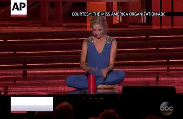 Gretchen Carlson performs her violin talent at the 1989 Miss America Pageant